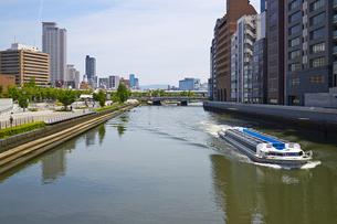 大阪中之島公園 土佐堀川を行く水上バスの写真素材 [FYI00218585]