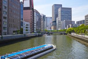 大阪中之島公園 土佐堀川を行く水上バスの写真素材 [FYI00218596]