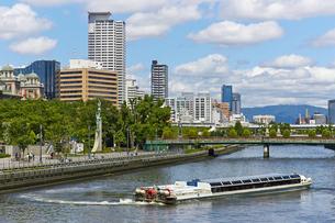 大阪中之島公園 土佐堀川を行く水上バスの写真素材 [FYI00218599]
