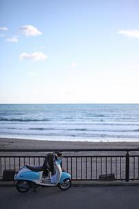 海辺のスクーターの写真素材 [FYI00219307]