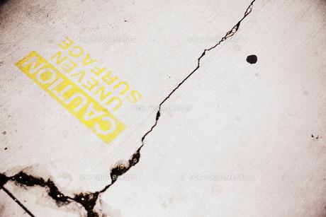 ひび割れた舗装路の写真素材 [FYI00219308]