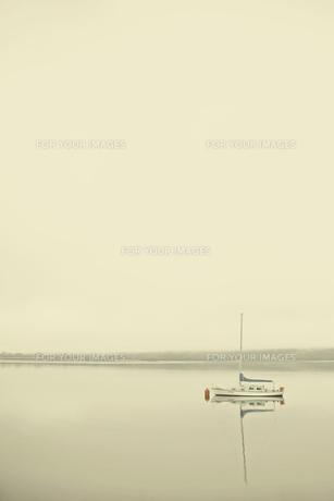 湖上のボートの写真素材 [FYI00219324]
