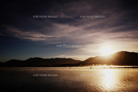 湖畔の日の出の写真素材 [FYI00219338]