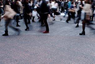 横断歩道を歩く人々の写真素材 [FYI00219510]