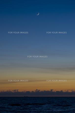 海と三日月の写真素材 [FYI00219880]