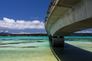 青い海と古宇利大橋の写真素材 [FYI00219899]