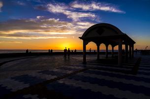 北谷町の夕日の写真素材 [FYI00219933]