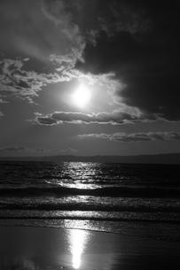 【江の島の風景】:片瀬西浜の夕暮れの写真素材 [FYI00220428]