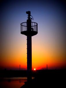 夕焼けの監視塔の写真素材 [FYI00220645]