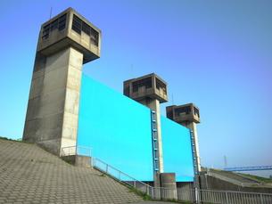 青い水門の写真素材 [FYI00220799]