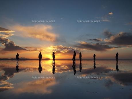 鏡張りのウユニ塩湖 夕日と共に…の写真素材 [FYI00221316]