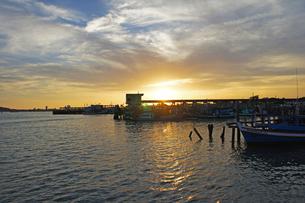 タイ 港の夕暮れ at sunset inThailandの写真素材 [FYI00221354]