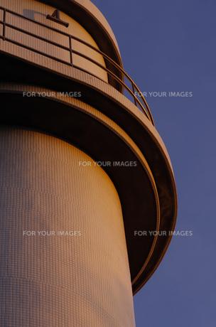 朝日を浴びる灯台の写真素材 [FYI00221390]