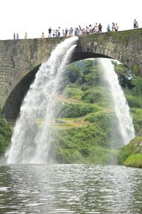 通潤橋の放水の写真素材 [FYI00221619]