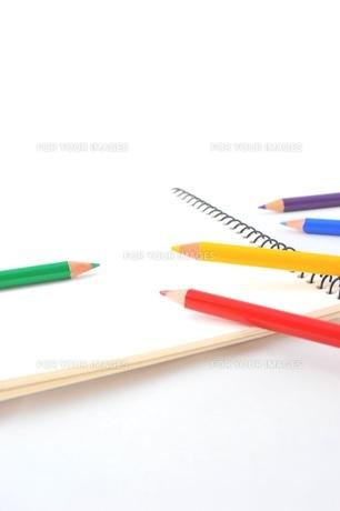 スケッチブックと色鉛筆の写真素材 [FYI00221650]