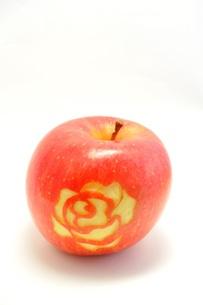 リンゴに彫ったバラの写真素材 [FYI00221653]