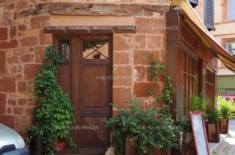 木のドアと石の壁の写真素材 [FYI00221900]