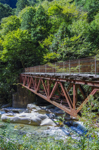 錆びた鉄橋と清流の写真素材 [FYI00221930]
