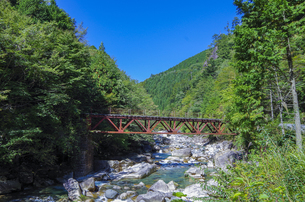 錆びた鉄橋と清流の写真素材 [FYI00221931]