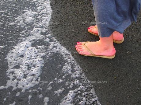 海岸を歩く女性の足の写真素材 [FYI00222341]