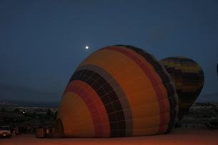 満月をバックに準備中の気球の写真素材 [FYI00222416]