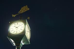 夜空に佇む時計台の写真素材 [FYI00222461]