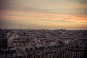 パリ市街の夕方 遠くにエッフェル塔の写真素材 [FYI00222512]
