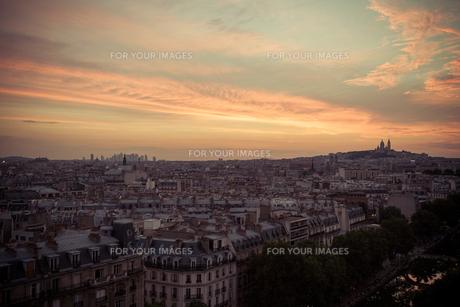 パリの夕方 遠くにモンマルトル 下にはサンマルタン運河の写真素材 [FYI00222513]
