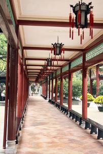 広州・宝墨園 木製長廊の写真素材 [FYI00222771]