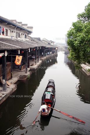 中国・安昌古鎮 烏蓬船の写真素材 [FYI00222773]