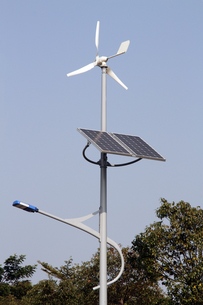 ソーラー・風力ハイブリッド街路灯の写真素材 [FYI00222806]