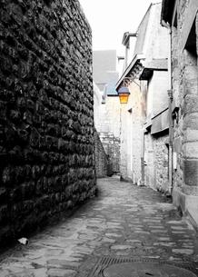 ≪海外≫裏路地を歩くの写真素材 [FYI00222872]