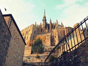 裏路地から見上げる修道院の写真素材 [FYI00222873]