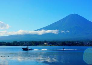 富士山の前で水上スキーの素材 [FYI00222931]