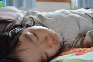 女の子の寝顔の写真素材 [FYI00223011]