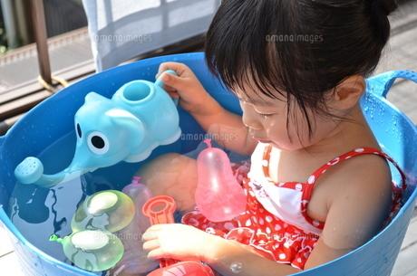 水遊びをする女の子の写真素材 [FYI00223014]