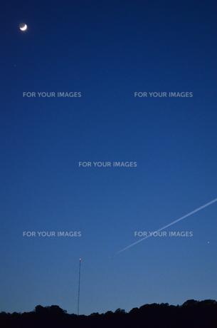 三日月と青のグラデーションの写真素材 [FYI00223017]