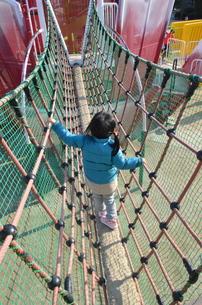 公園で遊ぶ女の子の写真素材 [FYI00223026]