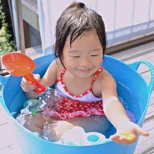 水遊びをする女の子の写真素材 [FYI00223035]