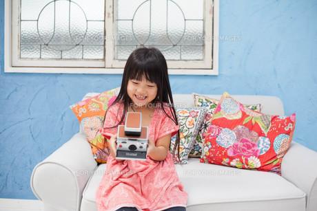 ポラロイドカメラを持つ女の子の写真素材 [FYI00223355]
