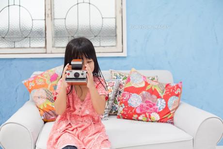 ポラロイドカメラを持つ女の子の写真素材 [FYI00223356]