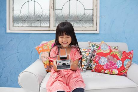 ポラロイドカメラを持つ女の子の写真素材 [FYI00223359]