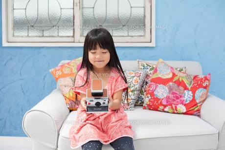 ポラロイドカメラを持つ女の子の写真素材 [FYI00223368]