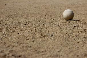 グランドに転がる野球のボールの写真素材 [FYI00223399]