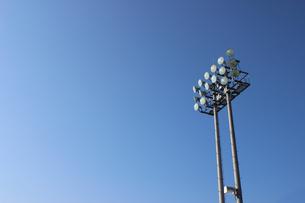 青空にそびえるナイター用照明の写真素材 [FYI00223401]