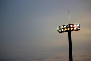 夕暮れのナイター用照明(点灯直後)の素材 [FYI00223406]