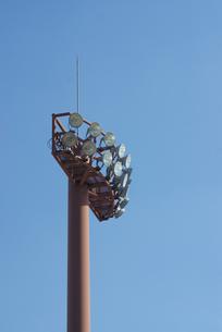 青空に映えるナイター照明(縦)の写真素材 [FYI00223408]