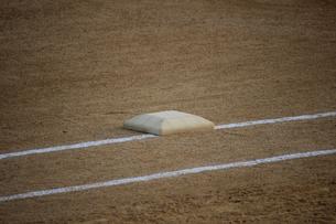 試合前のファーストベースの写真素材 [FYI00223426]