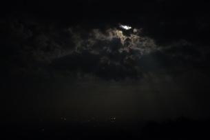 雲間から差し込む月明かりの写真素材 [FYI00223584]