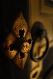 寺院の扉の金具の写真素材 [FYI00223610]